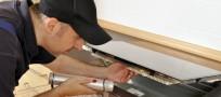 Handwerker untersucht Kochfeld