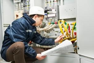 Elektriker kontrolliert Kommunikationsanalge